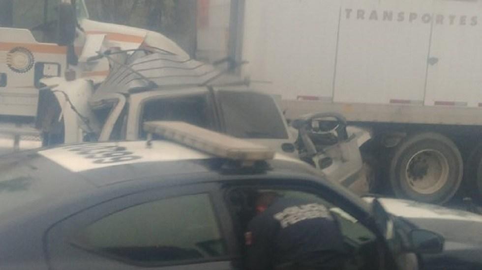 Dos personas mueren prensadas en accidente sobre la México-Querétaro - Camioneta prensada sobre la México-Querétaro. Foto de @jor_monve