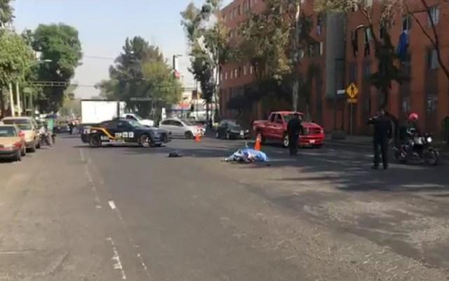 Camión de carga atropella y mata a ciclista en la Cuauhtémoc - Cadáver de ciclista atropellado en la colonia Valle Gómez. Captura de pantalla