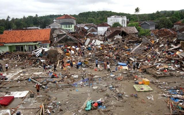 Sin registro de mexicanos afectados por tsunami enIndonesia: SRE - Los sobrevivientes buscan entre los destrozos objetos que puedan servirles. Foto de AFP / Demy Sanjaya