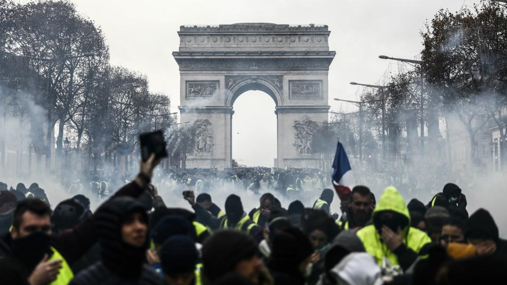 """Violencia y casi mil 400 detenidos durante protestas de """"chalecos amarillos"""" en Francia - Foto de AFP"""