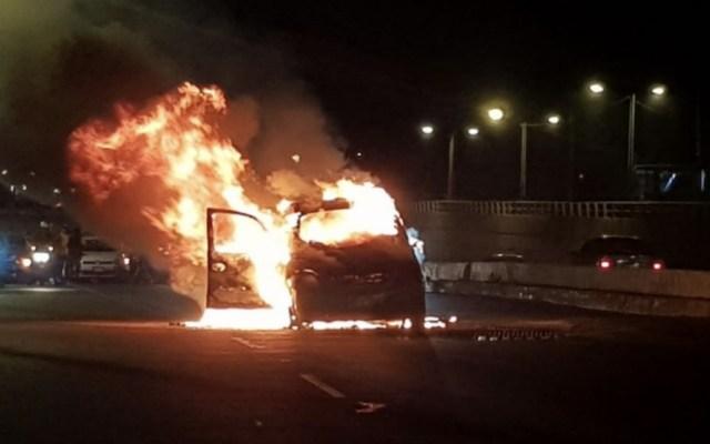Bomberos sofocan incendio de un vehículo en la Venustiano Carranza - Foto de @MrElDiablo8