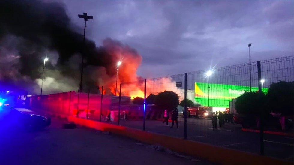 #Video Controlan incendio en Bodega Aurrerá en Naucalpan - Incendio en Bodega Aurrerá en Naucalpan