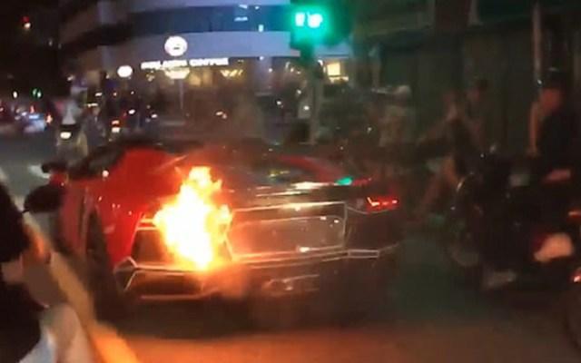 #Video Se incendia Lamborghini en Vietnam - se incendia Lamborghini en Vietnam