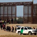 Los cuatro países más duros contra la migración ilegal - Los migrantes se entregaron por la puerta 36 de la frontera con El Paso, Texas. Foto de Reuters