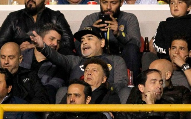 #Video Maradona golpea a aficionados del Atlético de San Luis - Foto de Ulises Ruiz / AFP