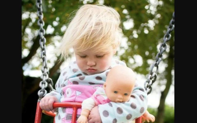 Padres descubren que niña tiene cáncer gracias a una fotografía - Foto de Metro UK
