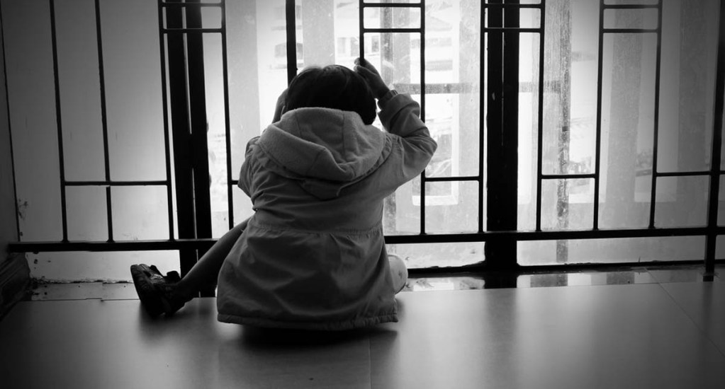 Muere segundo niño migrante en custodia del Gobierno de EE.UU. - Niño en la Oficina de Aduanas y Protección Fronteriza. Foto de @CBPTradeGov