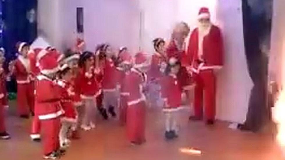 #Video Pirotecnia arruina festival navideño en kínder - Niños antes de estallar la pirotecnia. Captura de pantalla