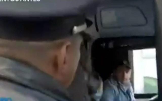 Asaltan camión de pasajeros sobre Periférico Norte - Oficial atendiendo el reporte de asalto en Periférico Norte. Captura de pantalla