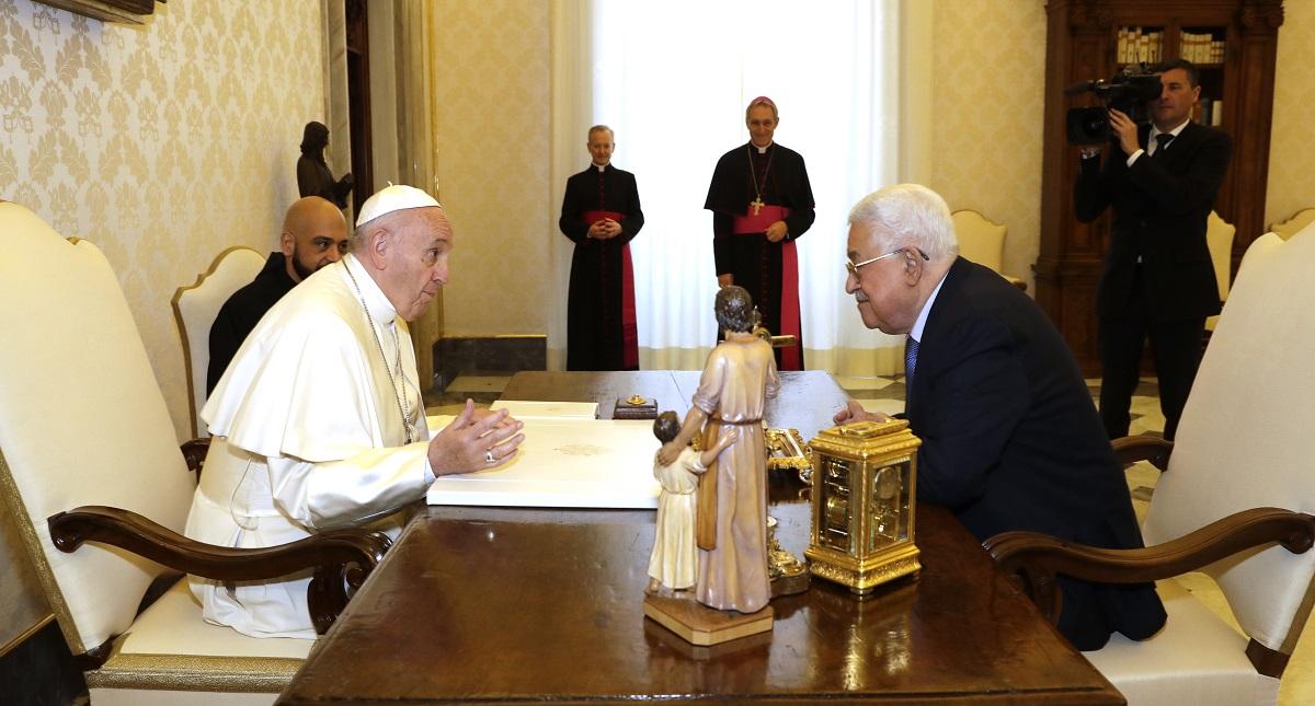 El papa Francisco y el presidente de Palestina platicaron gracias a un religioso traductor. Foto de AFP / Andrew Medichini