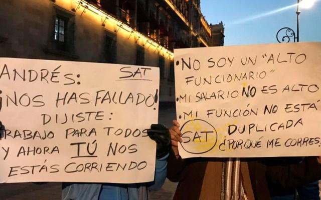 Empleados del SAT protestan por despidos en Palacio Nacional - Foto de @Guiesga