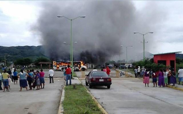 Suspenden elección extraordinaria en Oaxaca por violencia - Quema de autobús en protesta de elección extraordinaria. Foto de @CuartaPlana
