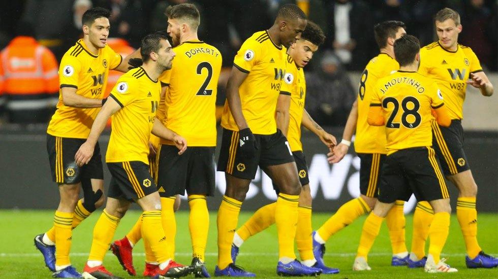 #Video Raúl Jiménez anota en victoria de los 'Wolves' - Los jugadores del Wolverhampton celebran gol de Raúl Jiménez