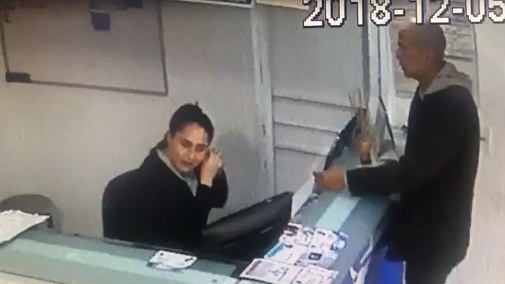 #Video Sujeto roba hasta los aretes de recepcionista en asalto - Recepcionista tuvo que dar sus joyas al asaltante. Captura de pantalla