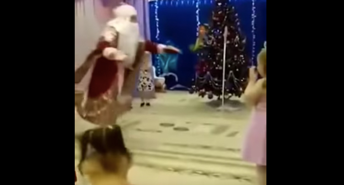Muere Santa Claus de un infarto durante festival navideño