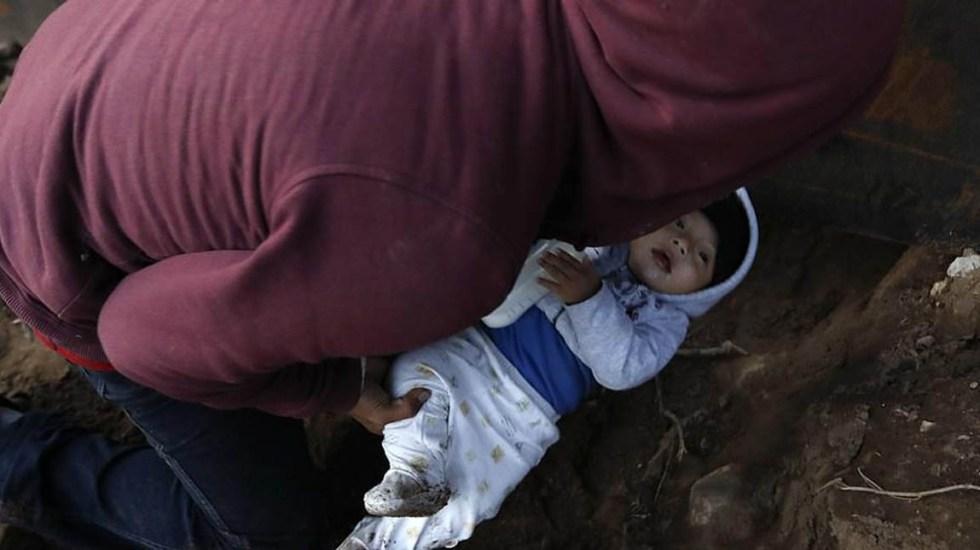 Migrante pasa a su bebé por un túnel hacia EE.UU. - Momento en que Joel introduce a su bebé a un túnel improvisado para cruzarlo a EE.UU. Foto de AP