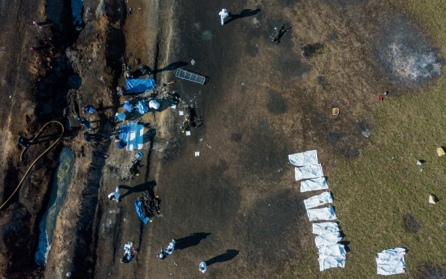 Informe de las 19:00 h por explosión en Tlahuelilpan - EDITORS NOTE: Graphic content / Aerial view of the scene where a massive blaze trigerred by a leaky pipeline took place the night before in Tlahuelilpan, Hidalgo state, Mexico on January 19, 2019. - An explosion and fire has killed at least 66 people who were collecting fuel gushing from a leaking pipeline in central Mexico, the Hidalgo state governor said on Saturday. (Photo by ALFREDO ESTRELLA / AFP)