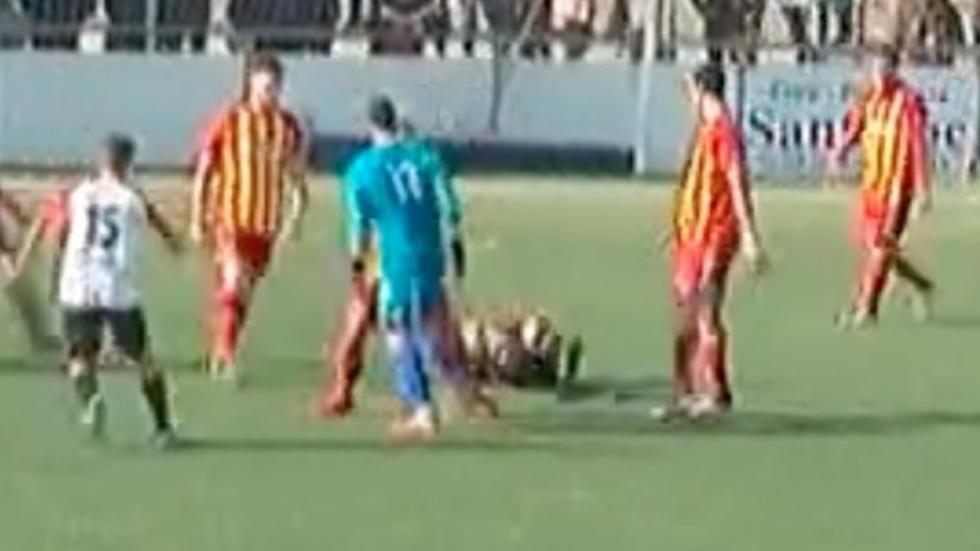 #Video Agreden a árbitro en España por gol anulado