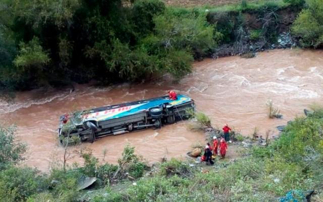 Al menos 10 muertos tras caer autobús a río en Perú - Foto de @indeciperu