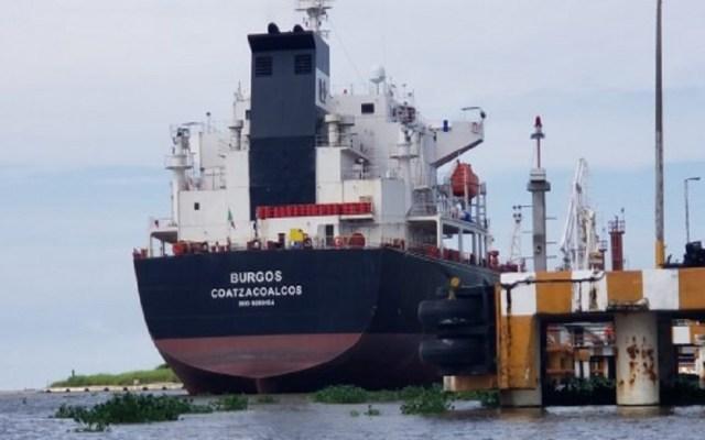 Buques extranjeros aguardan en Tuxpan para desembarcar combustible - Buque Tanque Burgos. Foto de Internet