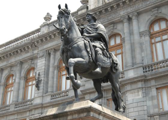 La cabalgata del Caballito, estatua ecuestre de Carlos IV - 'El Caballito' en la actualidad, ubicado en la Plaza Manuel Tolsá.