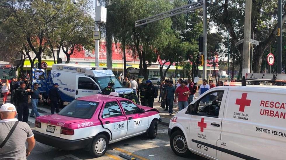 Ambulancia impacta a taxi en Calzada de los Misterios - Foto de Twitter