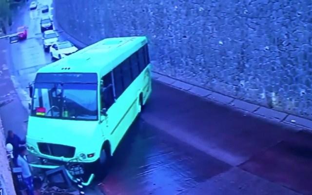#Video Camión de transporte público choca en pendiente de Álvaro Obregón - Captura de pantalla