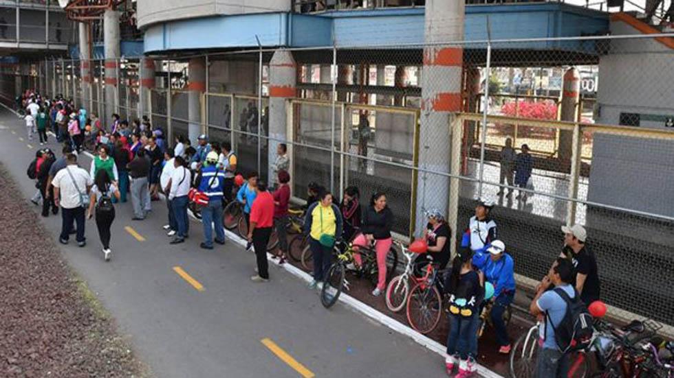 Ciclopista a un costado de la Línea B del Metro. Foto de Internet