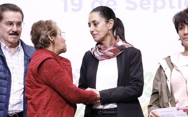 Sheinbaum entrega tarjetas para apoyo a rentas de damnificados por el sismo del 19S - Foto de Twitter Claudia Sheinbaum