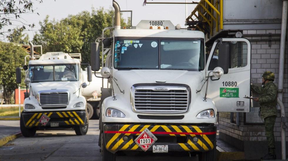 Periodo de 15 días de desabasto cuesta al país 20 mil mdp - Pipas de Pemex. Foto de Notimex