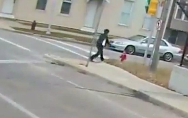 #Video Operadora de camión rescata a menor de la calle en Milwaukee - Captura de Pantalla