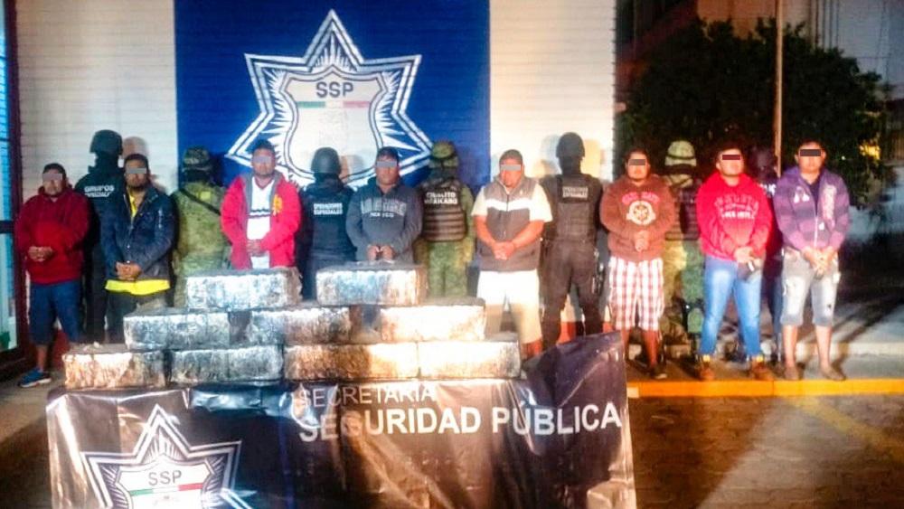 Decomisan 100 kilos de cocaína a ocho hombres en Puebla - Detenidos en Puebla. Foto de @SSP_Puebla