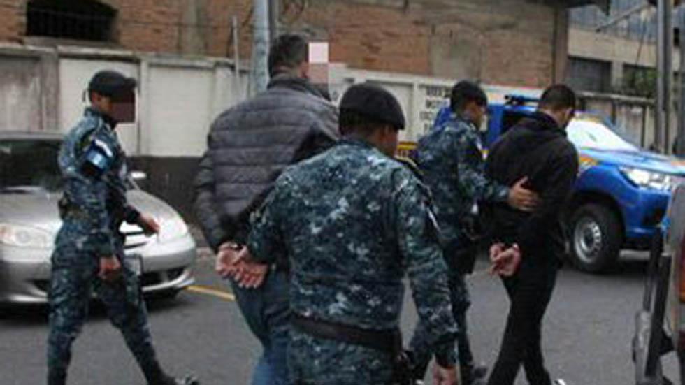 Detención de miembros del staff de La Trakalosa. Foto de @PNCdeGuatemala