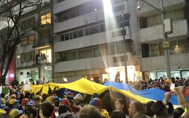 Cientos de venezolanos se manifiestan en embajada de Venezuela en México - Foto de @pepebayon
