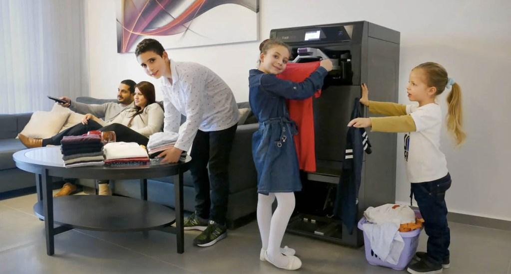 La máquina que dobla, plancha y perfuma la ropa en segundos - Foto de FoldiMate