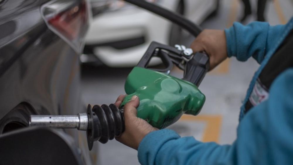 Aumenta a 31.19 por ciento estímulo fiscal a la gasolina Magna - Foto de Pedro PARDO / AFP