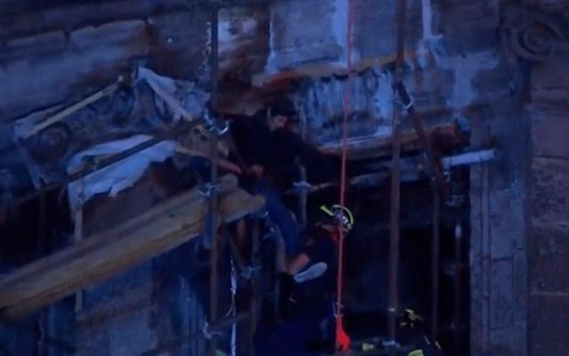 Rescatan a hombre que subió a cúpula de la Catedral Metropolitana - Foto de Noticieros Televisa