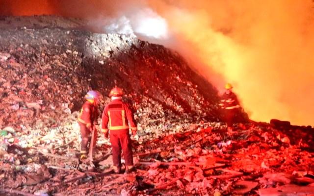 Bomberos buscan sofocar incendio en basurero de Zapopan - Foto de @UMPCyBZ