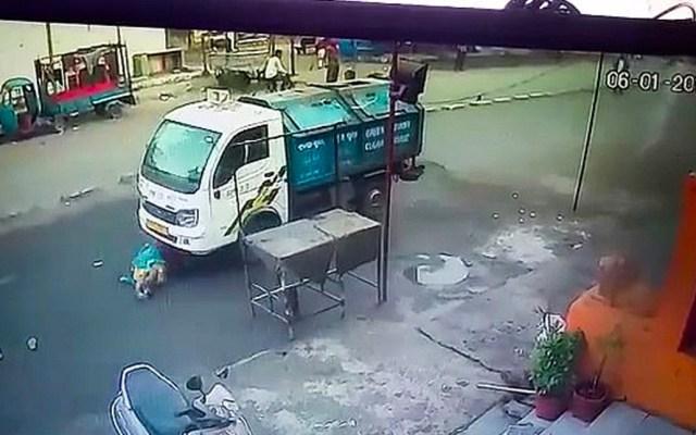 #Video Camión recolector de basura arrolla a mujer y resulta ilesa - Captura de pantalla
