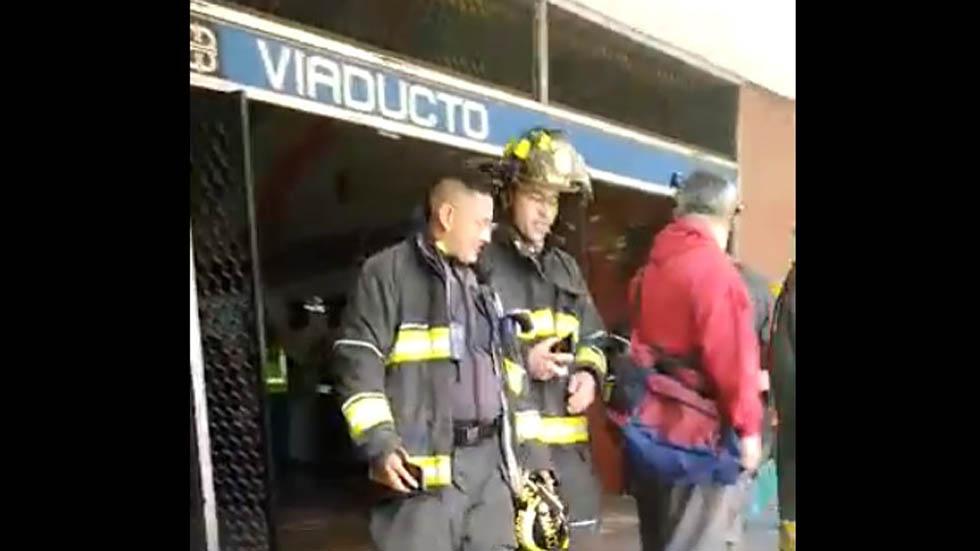 Hombre muere arrollado por convoy del Metro en L2 - Bomberos en Metro Viaducto. Captura de pantalla