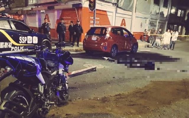 Motociclista muere al chocar contra auto estacionado en CDMX - Cadáver de motociclista en Venustiano Carranza. Foto de @ElPolloCDMX