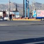 Ciudadanos auxilian a repartidor de Bimbo a recoger pan