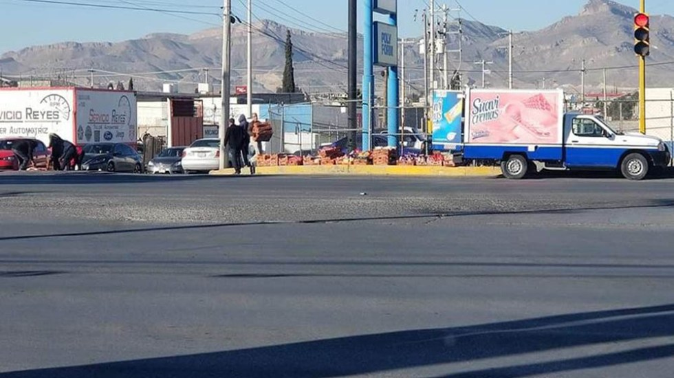 Ciudadanos auxilian a repartidor de Bimbo a recoger pan - Recolección de pan en Ciudad Juárez. Foto de @beto.jdm.7