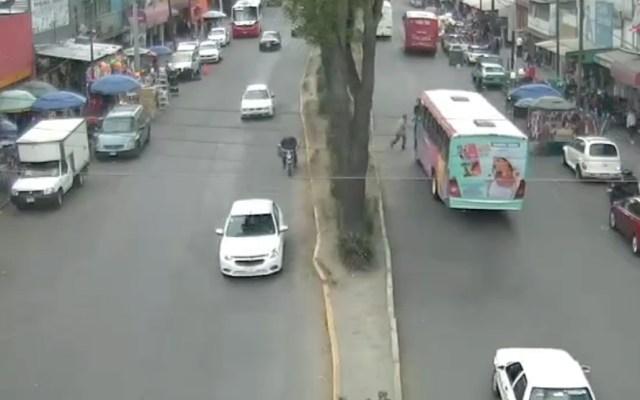 #Video Peatón cruza avenida sin precaución y camión le pasa encima - Captura de Pantalla