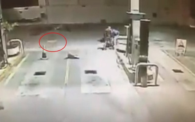 #Video Perro defiende a despachador de gasolinera en asalto - Perro corriendo hacia los asaltantes. Captura de pantalla