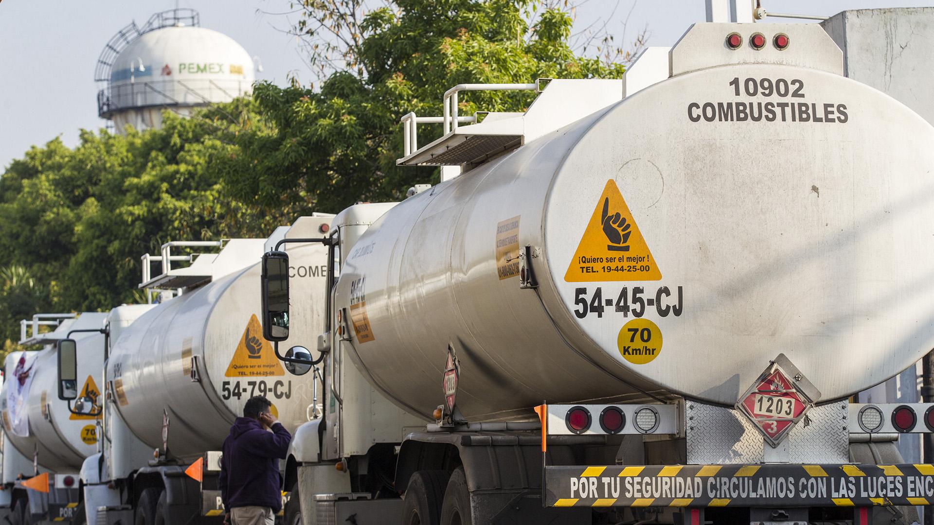 Pipas salen cargadas de combustible hacia estaciones de servicio de la CDMX. Foto de Notimex