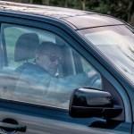 Príncipe Felipe vuelve a manejar pero sin cinturón de seguridad - Príncipe Felipe conduciendo. Foto de Albanpix