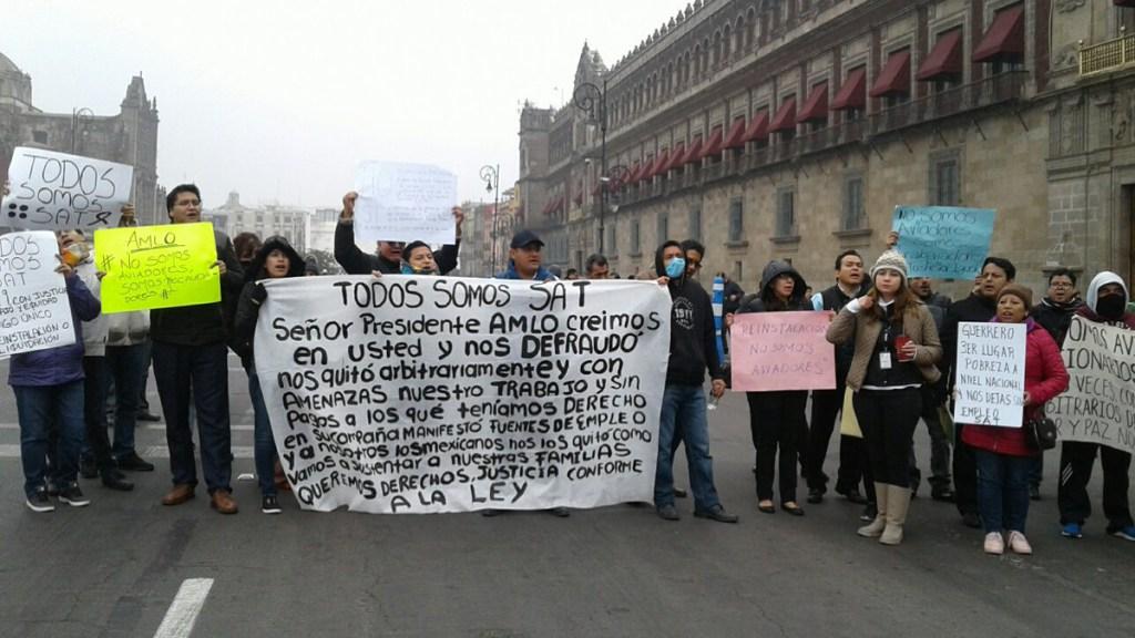 Ex trabajadores del SAT se manifiestan en Palacio Nacional. Noticias en tiempo real