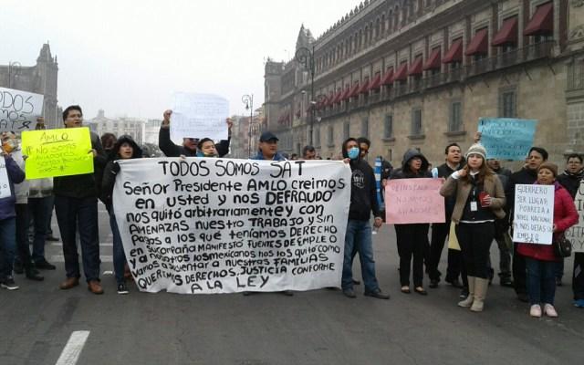 Ex trabajadores del SAT se manifiestan en Palacio Nacional - protestas trabajadores del sat palacio nacional