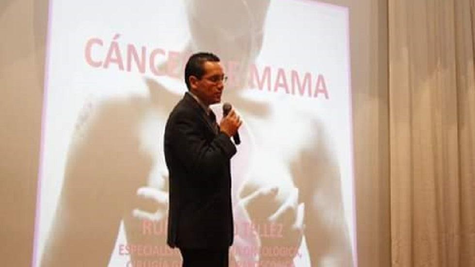 Oncólogo en ponencia sobre el cáncer de mama. Foto de Facebook